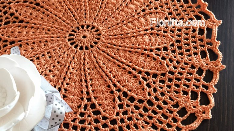 Simple crochet doily by Fionitta